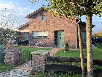 Ruime, goed gelegen bungalow zoekt toffe mensen om leven mee te delen. -474m2